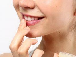 trị thâm môi bằng vaseline